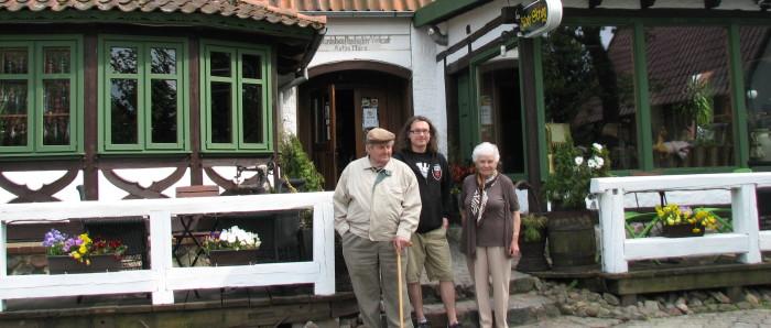 Adam mit den Großeltern.